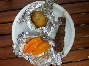 gele paprika, spiesje lamsvlees en aardappel