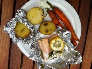 pakket met zalm, aardappelen en wortelen