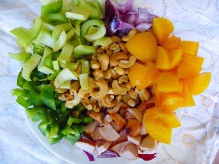rijst salade met perzik en gerookte kip