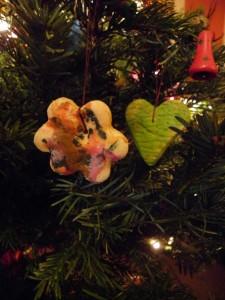 kerstdecoratie van glutenvrij brooddeeg