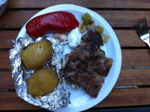 geroosterde paprika en prei, aardappels en varkensvlees met tzatziki