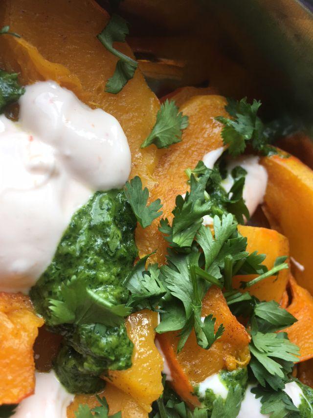 geroosterde pompoensalade met chiliyoghurt en koriandersaus